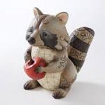 деревянная статуэтка енот с яблоком