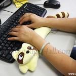 подушка енот для рук при роботе с компьютером