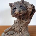 статуэтка енот на дереве