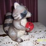 статуэтка енот с яблоком