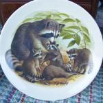 сувенирная тарелка енотиха с детьми