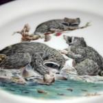 сувенирная тарелка семья енотов на охоте
