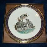 сувенирная тарелка семья енотов на прогулке