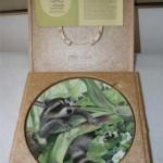 сувенирна тарелка еноты в лесу