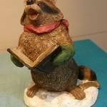сувенир поющий енот с книгой