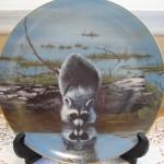 тарелка сувенирная енот на водопое у реки