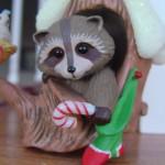 фигурка сувенир енот в домике на дереве