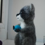 """Енотик Митя.  """"Авторская игрушка выполнена в технике сухого валяния.  Размер 12,5 см. Изготовление на заказ. Стоимость 2000 руб"""" http://www.livemaster.ru/item/5010211-kukly-igrushki-enotik-mitya"""