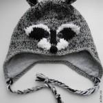 Оригинальная шапка с мордочкой енота. Связана из качественной пряжи. Внутри трикотажная подкладка. Возможно изготовление детского варианта или семейного комплекта.