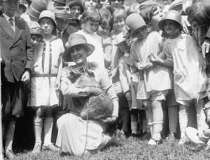 Первая леди Элеонора Рузвельт  и ее любимец енот Ребекка на поиске яиц в белом доме.